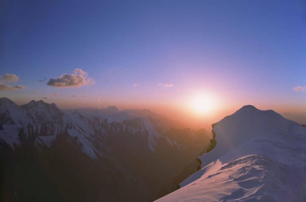 Как найти стороны света без компаса по природным явлениям