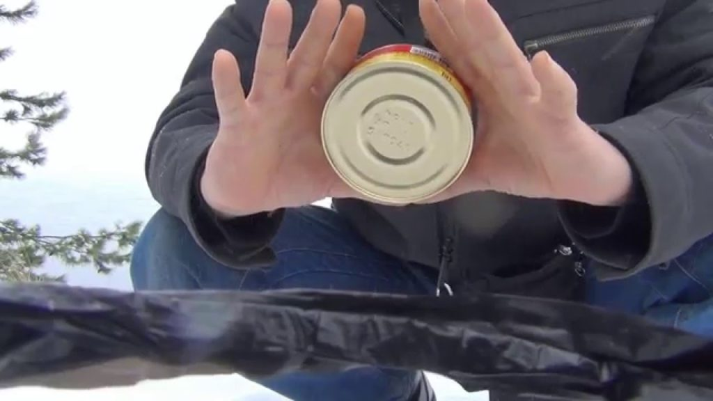 как открыть консервную банку руками