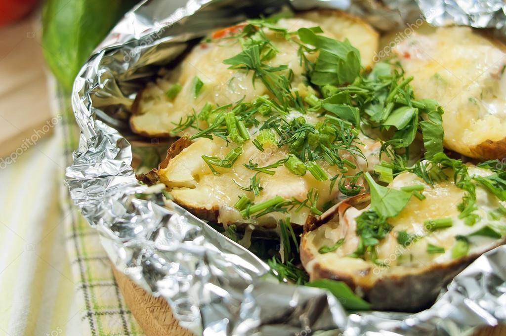 Картофель запеченный в фольге с сыром и маслом