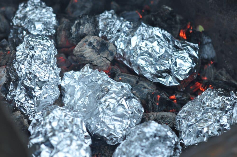 Картофель в фольге запеченный на углях