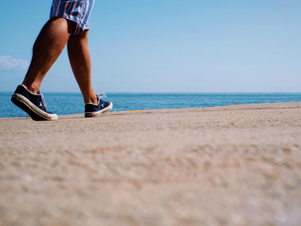 На прогулках по песчаным пляжам следует носить обувь,так как скорпион любит прятаться в песке