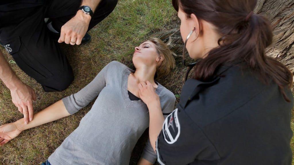 Если разряд напряжения при ударе молнией сильный, то человек может потерять сознание