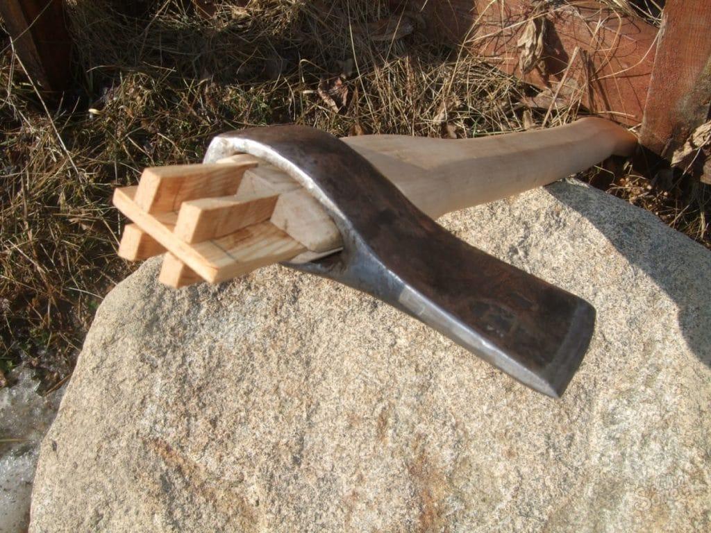 Для дополнительной фиксации металлической головки на топорище, забиваются деревянные клинышки