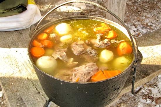 Обжаренное мясо и овощи заливаем водой так, чтобы покрыть все ингридиенты