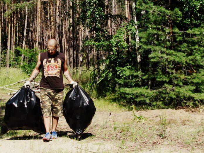 uborka musora v lesu